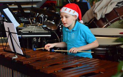 Mooi Kerstconcert Jeugdorkesten met koor No Kidding