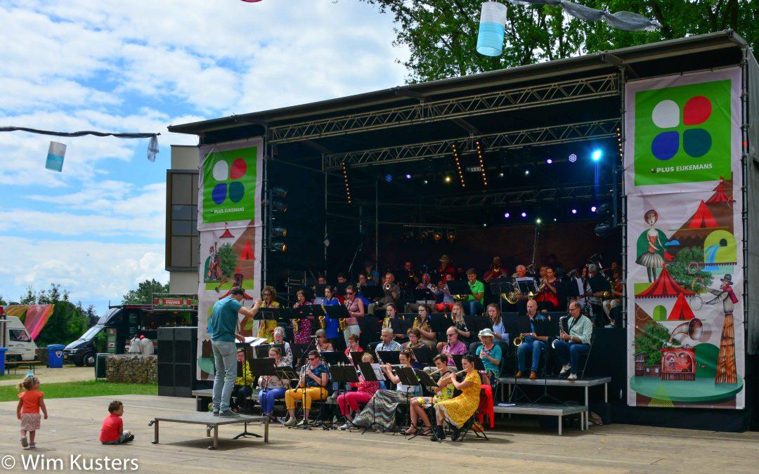 Muzikale opening van een zonnig 1 Ander Festival